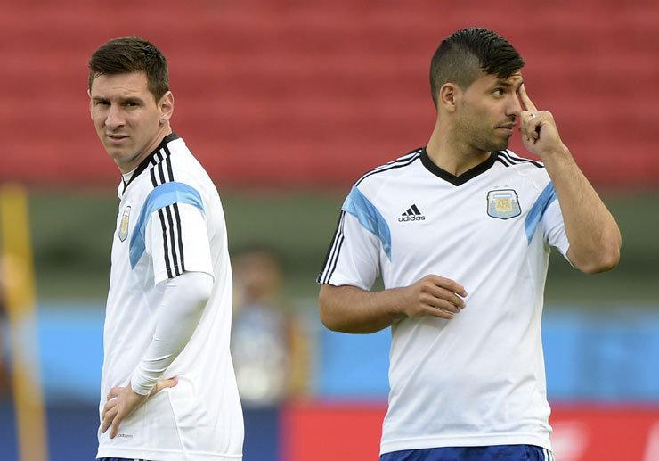 Lionel Messi en Sergio Agüero tijdens een training van de Argentijnse nationale ploeg